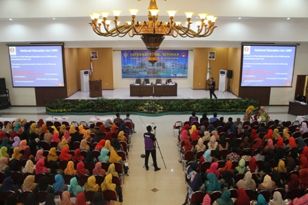 CHALLENGES AND TRANSFORMATIONS OF PRIMARY EDUCATION TEACHING IN THE 21ST CENTURY - SEMINAR INTERNASIONAL PENDIDIKAN GURU SEKOLAH DASAR TAHUN 2017